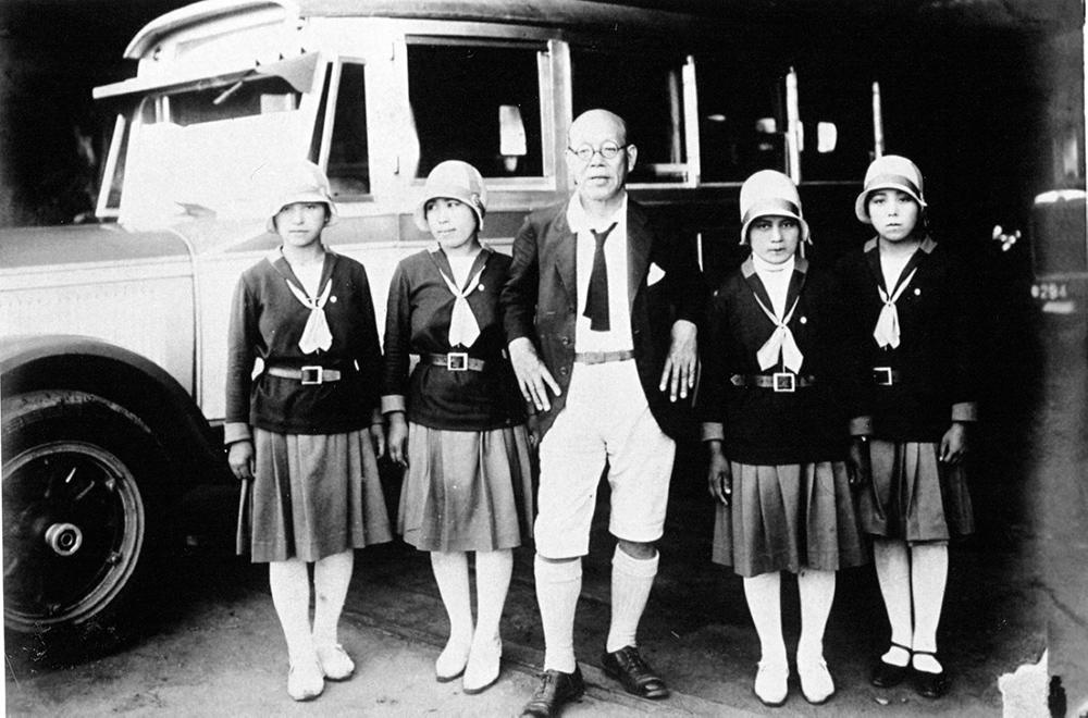 日本で初めての女性バスガイド達と油屋熊八(提供:平野資料館)
