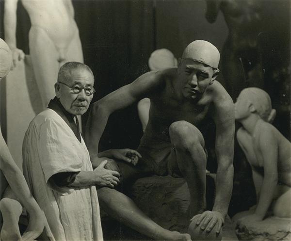 彫刻作品(「砲丸」)と並ぶ朝倉文夫