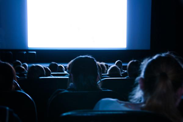 映画館と光
